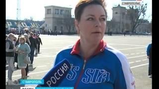 День здоровья в Ставрополе начался с флэшмоба(7 апреля в 9 утра на площадь Ленина вышли две с половиной тысячи школьников. Все они участники ежегодной..., 2016-04-07T09:10:48.000Z)