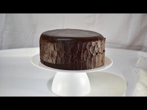 l'incroyable-gâteau-au-chocolat-,-recouvert-d'une-ganache-au-beurre