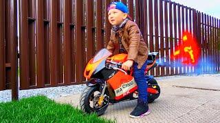 يعرض سينيا مجموعته من السيارات: الدراجات النارية والجرارات والدبابات