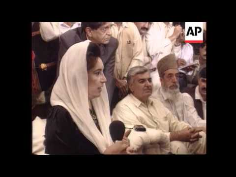 Pakistan - Dismissed Bhutto addresses presser