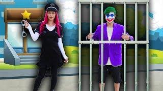 CRIANÇA Finge Brincar Ser POLICIAL E PRENDE CORINGA - KIDS PRETEND PLAY WITH POLICE COSTUME