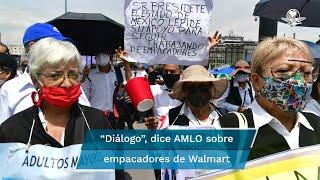 """""""Walmart es de los centros comerciales que más vende; entonces, por qué no ayudar"""", expresó López Obrador ante manifestaciones de adultos mayores empacadore"""