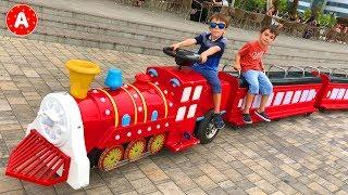 Дети Играют в Цветочном Парке и Катаются на Машинах