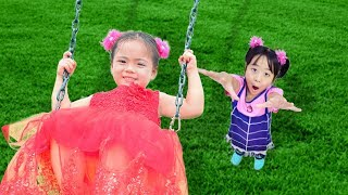 公園遊び場と童謡を歌う子供たち