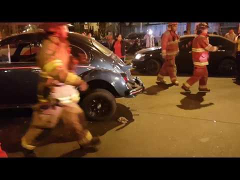 accidente de autos y bomberos en accion