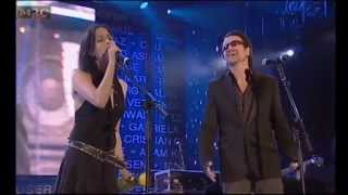The Corrs & Bono - When the Stars Go Blue (live, subtitulos español)