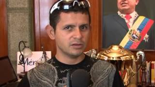 20130820 GOBERNADOR RECIBIÓ COPA OBTENIDA POR EL EQUIPO DE CICLISMO EN LA VUELTA A VENEZUELA