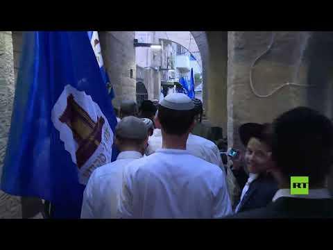 مصلون يهود يطوفون حول جبل الزيتون في القدس