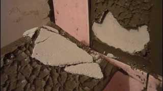 Ремонт в ванной: когда отваливается плитка [when tiling fails](Помните, я говорил, чтобы в меня не кидали тухлыми помидорами, когда начинал штукатурить стену? НАДО БЫЛО..., 2013-05-23T19:45:49.000Z)