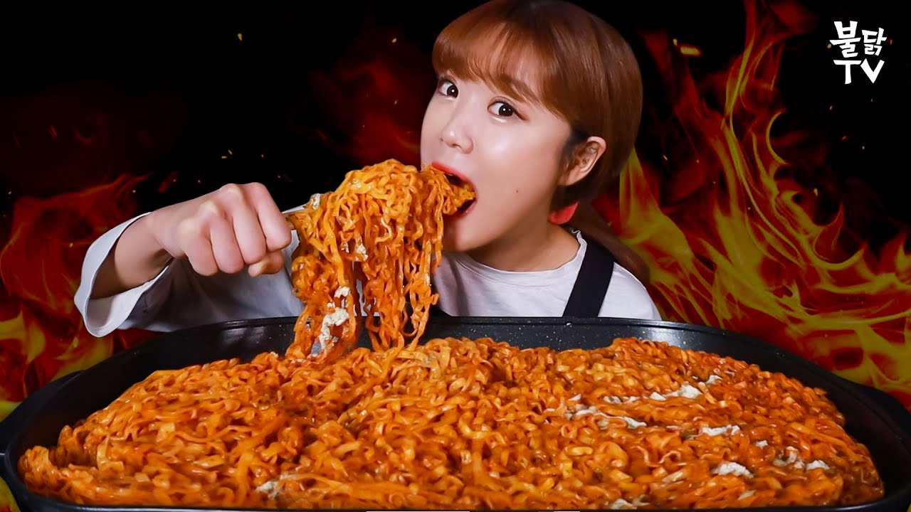 "SUB) ""유노? 받고 2봉지 더""😱 까르보불닭 12봉지 뿌숴버린 먹방 유튜버 만리 등⭐장 [불닭타임]"