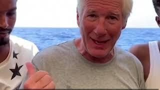 美国影星理查·基尔送救援物资给难民船只