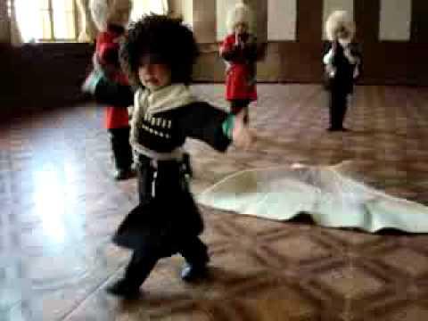 5 летний мальчик танцует лезгинку.3gp