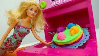Барби готовит торт из Плей До для Штеффи