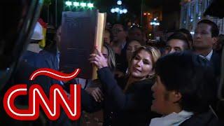 Jeanine Áñez entra con la Biblia al palacio presidencial en Bolivia