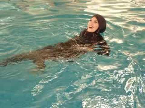 Muslim swimwear youtube - Donne che fanno il bagno ...