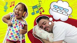 Maria Clara brinca e impede o papai de dormir - MC Divertida