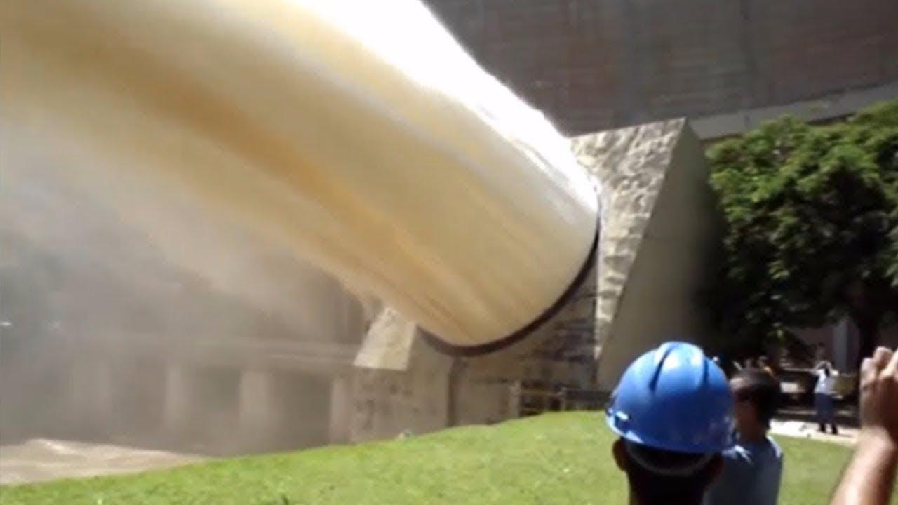 Dünyanın En Büyük 11 Barajındaki Su Boşaltımı