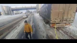 Вытаскиваем коллегу, ушел с дороги, зима суровая!!!