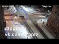 Пытаясь избежать столкновения, водитель выехал на тротуар