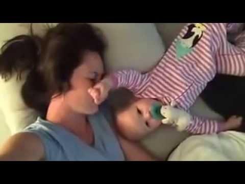رضيعة تقوم بالمستحيل لإبقاء أمها مستيقظة