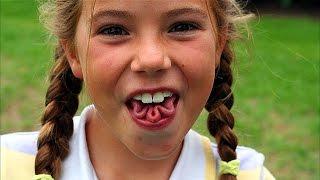 Olha o que a menina fez com a língua