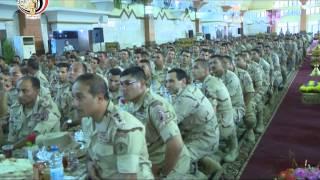 الفريق أول صدقى صبحى يلتقى بمقاتلى الجيش الثانى الميدانى ويشاركهم تناول الإفطار