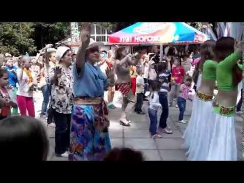 Видео: учимся танцевать танец живота, танцевальный флешмоб в Обнинске, парк в старом городе, Подснежник