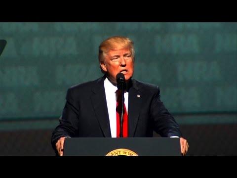 """A la veille des 100 jours, Trump cajole ses """"amis"""" de la NRA"""