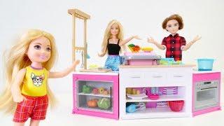 Spielspaß mit Barbie - Eine Überraschung für Barbie - Puppenvideo für Kinder