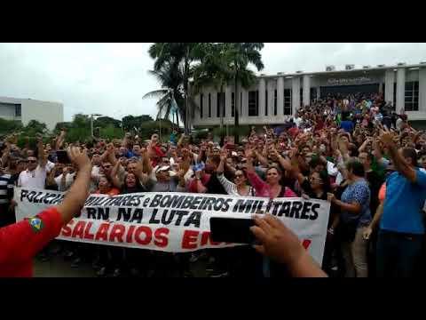 """""""O Governo parou"""", cantam policiais em frente à Governadoria do RN"""