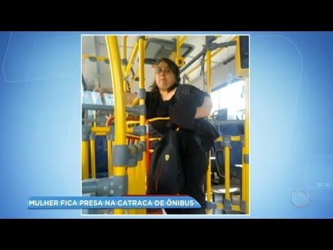 Mulher obesa se sente humilhada ao ficar presa na catraca do ônibus