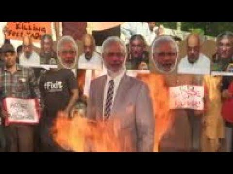 Pakistan protesters burn effigies of India leaders
