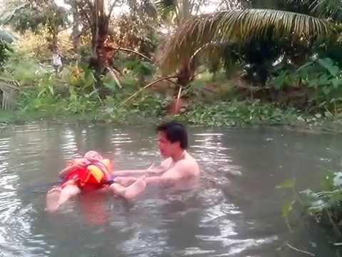 Tắm sông - Bạo hành trẻ em