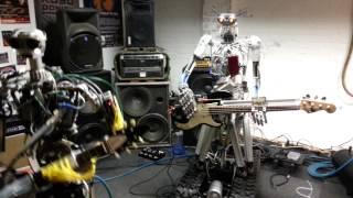 """これぞメタラー中のメタラー。全身""""メタル""""なロボットがメタルを奏でる"""