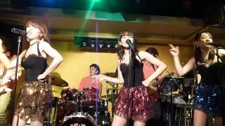 ザ・ミッションは、女性ボーカル2人とギター、ベースの4人を中心に、サ...