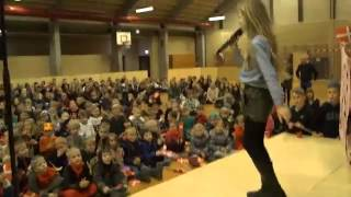 Flora Ofelia optræder med sin sang!