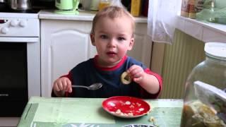 Sup. Ребенок кушает самостоятельно ложкой, 1,5 года.