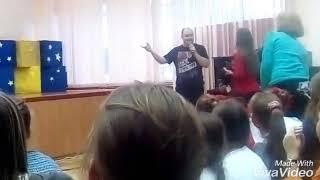 К нам в школу приехал Юрий Ткач у него сегодня День Рождения
