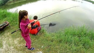 Дочка тащит Амура Поймали сома на вкус дикая слива Рыбалка с семьёй