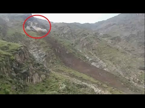 انهيار جبل ضخم على قرية يمنية بالكامل .. وعدسة محترف تلتقط اللحظات المرعبة (فيديو)