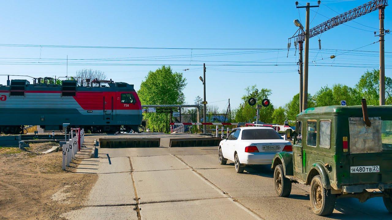 RailWay. Russian Railway Crossing. Double Freight Train RZD / Сдвоенный грузовой пересекает переезд