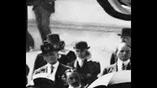 Un hombre habla por un telefono movil en el año 1901-Viajero en el TIEMPO con movil smartphone