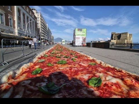 Napoli da record ecco la pizza pi grande del mondo youtube for La villa piu grande del mondo