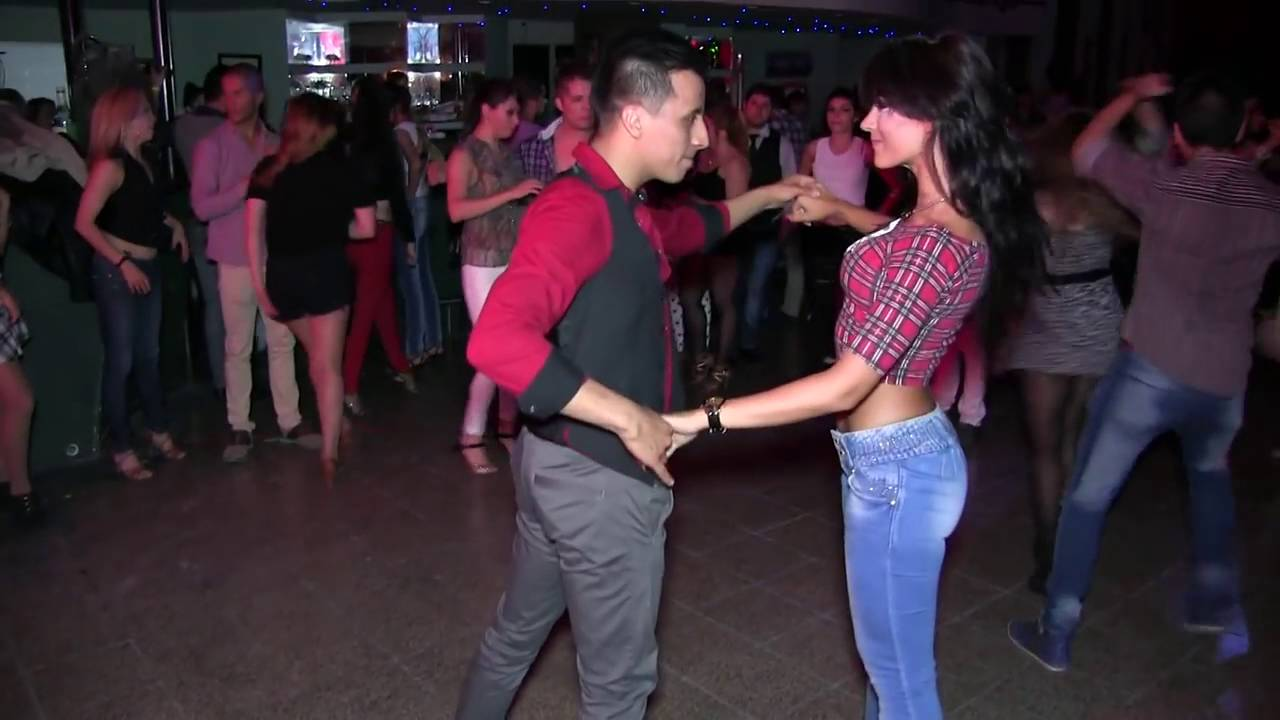 ¡Esta chica baila salsa con gran destreza que asombra a muchos! (VIDEO)