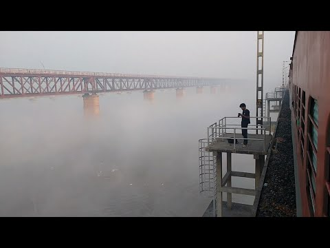 Crossing (गंगा रेलवे पुल) Ganga Railway Bridge at Allahabad | Suhaildev Superfast Express