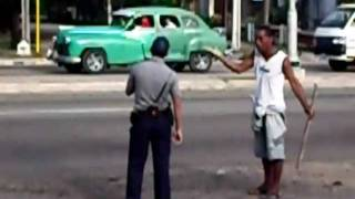 Repeat youtube video Policeman  fight with a drunk guy in Habana , Cuba,at a bus stop