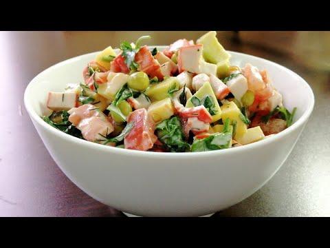 Салат с авокадо и крабовыми палочками.