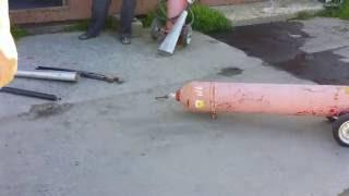 Огнетушитель Углекислотный. Как не надо делать =).(Как не надо спускать углекислоту из огнетушителя. Пришел в ремонт огнетушитель, со сломаным вентилем, пришл..., 2016-06-27T19:26:06.000Z)
