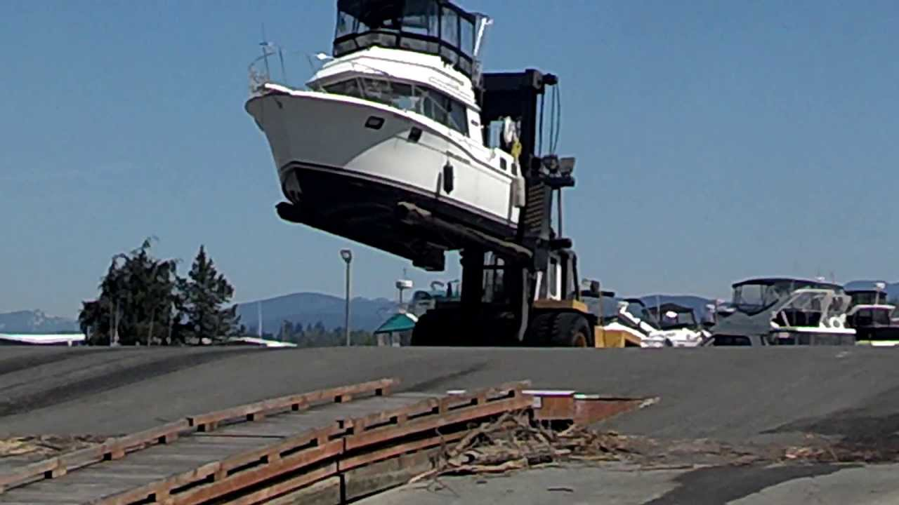 32 Carver Boat Pulled Out Of Water By Forklift Funnycat Tv