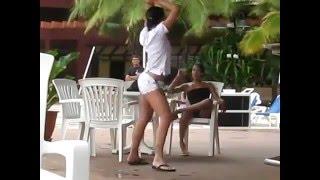 секс девушка без комплексов танцует в летнем кафе!